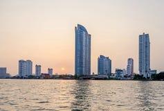 Ορίζοντας της Μπανγκόκ στις όχθεις του ποταμού Chao Phraya στο ηλιοβασίλεμα στοκ φωτογραφίες