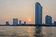Ορίζοντας της Μπανγκόκ στις όχθεις του ποταμού Chao Phraya στο ηλιοβασίλεμα στοκ εικόνες