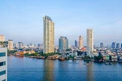 Ορίζοντας της Μπανγκόκ στις όχθεις του ποταμού Chao Phraya στοκ εικόνα με δικαίωμα ελεύθερης χρήσης