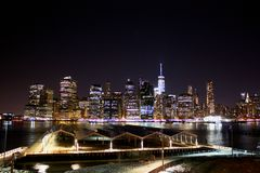Ορίζοντας της Νέας Υόρκης τη νύχτα Μανχάταν στοκ εικόνες