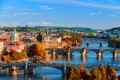 Ορίζοντας της Πράγας, Δημοκρατία της Τσεχίας με την ιστορική γέφυρα του Charles και ποταμός Vltava την ηλιόλουστη ημέρα Στοκ φωτογραφία με δικαίωμα ελεύθερης χρήσης