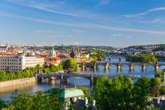 Ορίζοντας της Πράγας, Δημοκρατία της Τσεχίας με την ιστορική γέφυρα του Charles και ποταμός Vltava την ηλιόλουστη ημέρα Στοκ Εικόνα
