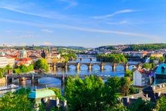 Ορίζοντας της Πράγας, Δημοκρατία της Τσεχίας με την ιστορική γέφυρα του Charles και ποταμός Vltava την ηλιόλουστη ημέρα Στοκ εικόνα με δικαίωμα ελεύθερης χρήσης