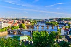 Ορίζοντας της Πράγας, Δημοκρατία της Τσεχίας με την ιστορική γέφυρα του Charles και ποταμός Vltava την ηλιόλουστη ημέρα Στοκ Φωτογραφίες