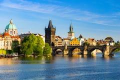 Ορίζοντας της Πράγας, Δημοκρατία της Τσεχίας με την ιστορική γέφυρα του Charles και ποταμός Vltava την ηλιόλουστη ημέρα Στοκ εικόνες με δικαίωμα ελεύθερης χρήσης