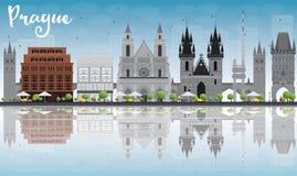 Ορίζοντας της Πράγας με τα γκρίζο ορόσημα, το μπλε ουρανό και τις αντανακλάσεις Στοκ Εικόνες