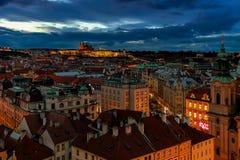 Ορίζοντας της Πράγας στο βράδυ στοκ φωτογραφία