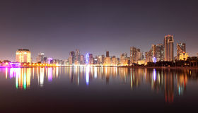 Ορίζοντας της πόλης της Σάρτζας τη νύχτα στοκ εικόνα