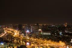 Ορίζοντας της πόλης του Ho Chi Minh τή νύχτα με τα ίχνη των φω'των, Βιετνάμ Στοκ Εικόνες