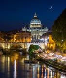 Ορίζοντας της Ρώμης ένα θερινό βράδυ, όπως βλέπει από τη γέφυρα του Umberto I, με τη βασιλική Αγίου Peter στο υπόβαθρο στοκ εικόνες