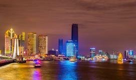 Ορίζοντας της Σαγκάη επάνω από τον ποταμό Huangpu τη νύχτα στοκ φωτογραφίες