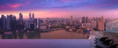 Ορίζοντας της Σιγκαπούρης από τη λίμνη ουρανού, ιώδης σκόνη