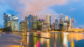 Ορίζοντας της Σιγκαπούρης και άποψη του κόλπου μαρινών στο σούρουπο Στοκ Φωτογραφία