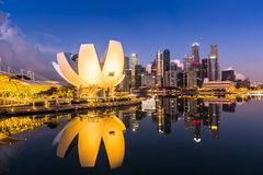 Ορίζοντας της Σιγκαπούρης και άποψη του κόλπου μαρινών στο σούρουπο Στοκ Εικόνα