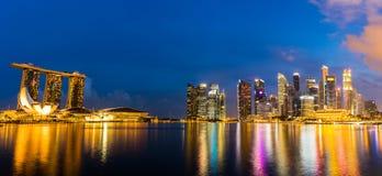 Ορίζοντας της Σιγκαπούρης και άποψη του κόλπου μαρινών στο σούρουπο Στοκ Φωτογραφίες