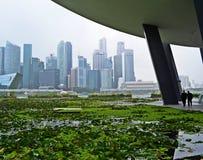 Ορίζοντας της Σιγκαπούρης με το περπάτημα δύο επιχειρηματιών στοκ εικόνα