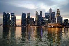 Ορίζοντας της Σιγκαπούρης που πυροβολείται το βράδυ Στοκ εικόνα με δικαίωμα ελεύθερης χρήσης