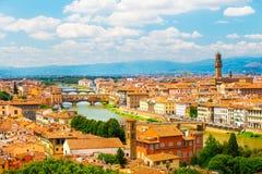 ορίζοντας της Φλωρεντία&sigm Φωτεινό τοπίο της Φλωρεντίας με τον ποταμό Arno και τα παλαιά ιστορικά κτήρια στοκ εικόνα