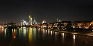 Ορίζοντας του κεντρικού αγωγού της Φρανκφούρτης και ποταμών στοκ φωτογραφία με δικαίωμα ελεύθερης χρήσης