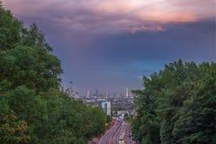Ορίζοντας του κεντρικού Λονδίνου με τα σύννεφα θύελλας από τη γέφυρα Holloway, UK Στοκ φωτογραφία με δικαίωμα ελεύθερης χρήσης