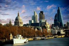 Ορίζοντας του Λονδίνου από τον ποταμό Τάμεσης Στοκ εικόνα με δικαίωμα ελεύθερης χρήσης