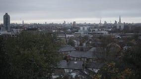 Ορίζοντας του Λονδίνου με τα κατοικημένα σπίτια στο πρώτο πλάνο φιλμ μικρού μήκους