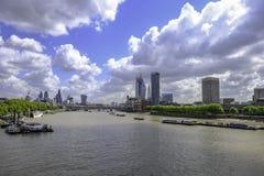 Ορίζοντας του Λονδίνου πυροβοληθείς κοίταγμα κάτω από τον ποταμό από τη γέφυρα του Βατερλώ Στοκ φωτογραφίες με δικαίωμα ελεύθερης χρήσης