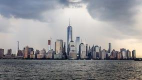 Ορίζοντας του Λόουερ Μανχάταν μια νεφελώδη ημέρα, NYC, ΗΠΑ Στοκ Εικόνες