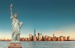 Ορίζοντας του Μανχάταν με το άγαλμα της ελευθερίας, πόλη της Νέας Υόρκης ΗΠΑ Στοκ εικόνες με δικαίωμα ελεύθερης χρήσης