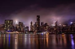 Ορίζοντας του Μανχάταν τη νύχτα με τις αντανακλάσεις, NYC, ΗΠΑ στοκ εικόνα