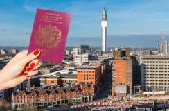 Ορίζοντας του Μπέρμιγχαμ, Δυτικές Μεσαγγλίες, UK με το σύνθετο βρετανικών διαβατηρίων στο πρώτο πλάνο Στοκ εικόνα με δικαίωμα ελεύθερης χρήσης