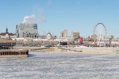 Ορίζοντας του Μόντρεαλ και παγωμένος ποταμός του ST Lawrence Στοκ Εικόνες