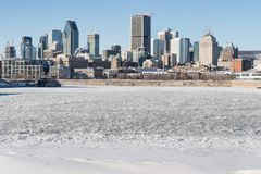 Ορίζοντας του Μόντρεαλ και παγωμένος ποταμός του ST Lawrence Στοκ εικόνα με δικαίωμα ελεύθερης χρήσης