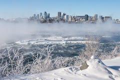 Ορίζοντας του Μόντρεαλ και ποταμός του ST Lawrence το χειμώνα Στοκ Φωτογραφίες