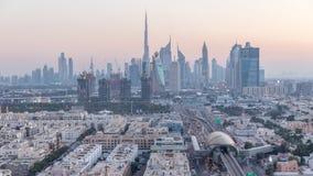 Ορίζοντας του Ντουμπάι μετά από το ηλιοβασίλεμα με τα όμορφα κεντρικά φω'τα πόλεων και Sheikh την οδική κυκλοφορία Zayed timelaps φιλμ μικρού μήκους