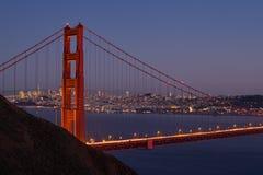 Ορίζοντας του Σαν Φρανσίσκο μέσω της χρυσής γέφυρας πυλών Στοκ Εικόνες