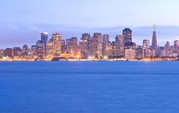 Ορίζοντας του Σαν Φρανσίσκο στο λυκόφως Στοκ Εικόνα