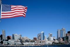 Ορίζοντας του Σιάτλ με τη αμερικανική σημαία Στοκ φωτογραφία με δικαίωμα ελεύθερης χρήσης