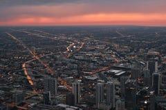 Ορίζοντας του Σικάγου, εικονική παράσταση πόλης άνωθεν Λήφθείτε από τον πύργο Skydeck Willis κατά τη διάρκεια του ηλιοβασιλέματος στοκ φωτογραφία με δικαίωμα ελεύθερης χρήσης