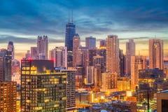 Ορίζοντας του Σικάγου, Ιλλινόις, ΗΠΑ στο σούρουπο στοκ φωτογραφίες με δικαίωμα ελεύθερης χρήσης