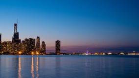 Ορίζοντας του Σικάγου το βράδυ από τη λίμνη Μίτσιγκαν - ΣΙΚΑΓΟ, ΗΠΑ - 12 ΙΟΥΝΊΟΥ 2019 στοκ εικόνες