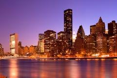 Ορίζοντας του της περιφέρειας του κέντρου Μανχάταν τη νύχτα στη Νέα Υόρκη Στοκ Φωτογραφίες