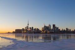 Ορίζοντας του Τορόντου στο ηλιοβασίλεμα το χειμώνα στοκ εικόνες