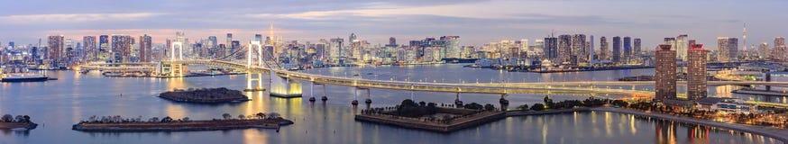 Ορίζοντας του Τόκιο με τον πύργο του Τόκιο και τη γέφυρα ουράνιων τόξων στοκ εικόνα με δικαίωμα ελεύθερης χρήσης