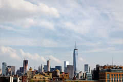 Ορίζοντας του χαμηλότερου Μανχάταν συμπεριλαμβανομένου του νέου World Trade Center και του παλαιού ξύλινου πύργου νερού Στοκ Φωτογραφία