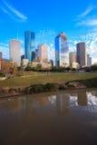 Ορίζοντας του Χιούστον Τέξας με τους σύγχρονους ουρανοξύστες και την άποψη μπλε ουρανού Στοκ Φωτογραφίες