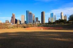 Ορίζοντας του Χιούστον Τέξας με τους σύγχρονους ουρανοξύστες και την άποψη μπλε ουρανού Στοκ φωτογραφία με δικαίωμα ελεύθερης χρήσης