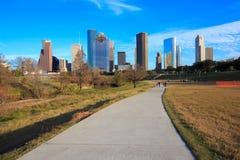 Ορίζοντας του Χιούστον Τέξας με τους σύγχρονους ουρανοξύστες και την άποψη μπλε ουρανού Στοκ εικόνα με δικαίωμα ελεύθερης χρήσης