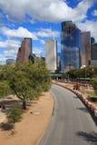 Ορίζοντας του Χιούστον Τέξας με τους σύγχρονους ουρανοξύστες και την άποψη μπλε ουρανού Στοκ φωτογραφίες με δικαίωμα ελεύθερης χρήσης