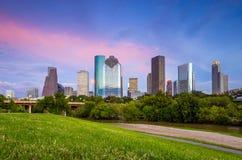 Ορίζοντας του Χιούστον Τέξας στο λυκόφως ηλιοβασιλέματος από το χορτοτάπητα πάρκων στοκ φωτογραφία με δικαίωμα ελεύθερης χρήσης